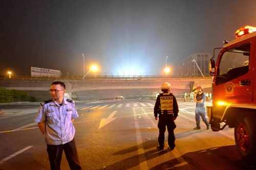 江苏无锡高架桥侧翻事故现场   视觉中国