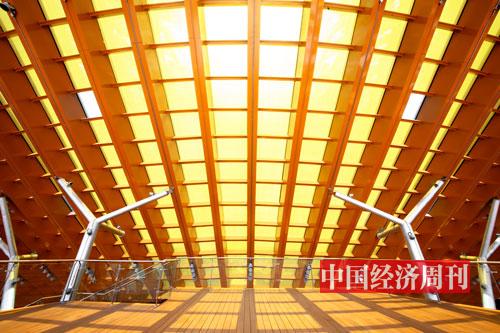 """P78-3 阳光透过""""光伏玻璃"""",色彩柔和,与中式建筑交相辉映。"""