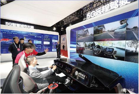 P46中国移动展示5G 远程驾驶。