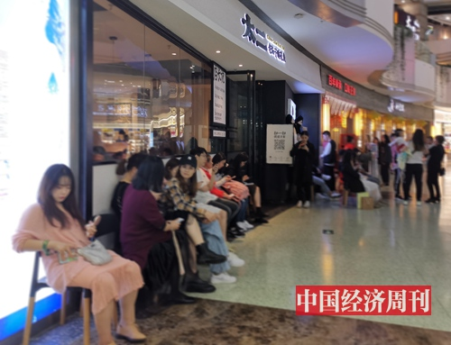 工作日晚餐时间,不少顾客在太二餐厅门口等位 《中国经济周刊》记者 罗赟 摄
