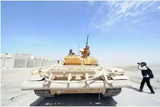图为焦翔在叙利亚战场拍摄照片的场景。