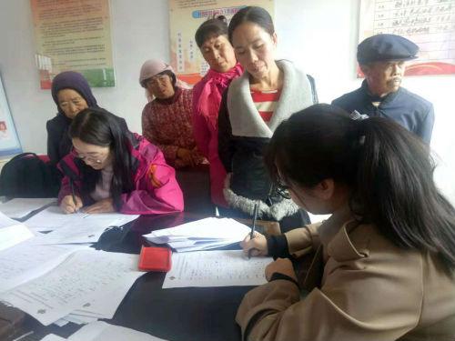 一山一水工作人员与农户签订服务协议。供图 马鸿丽