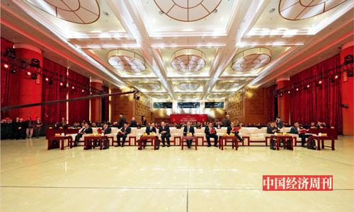 P007 2019 年12 月22 日,由人民日报社指导、《中国经济周刊》主办的第十八届中国经济论坛在人民日报社举行。来自政商学界的400 多位嘉宾出席论坛。