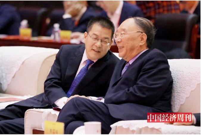 P10 中国国际经济交流中心副理事长黄奇帆与人民日报社办公厅主任郑剑在论坛现场交谈