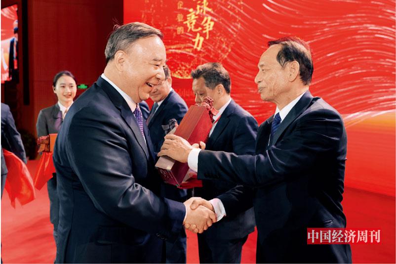 P15 中国上市公司协会会长宋志平为获奖单位颁奖