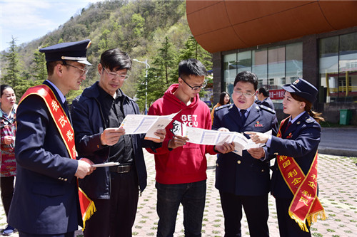 """3  减税降费""""党员先锋队""""成员到栾川县滑雪场景区宣传税收政策"""