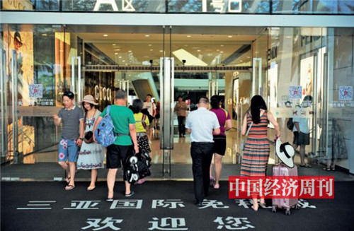 p84-2顧客在海口市免稅店購物 《中國經濟周刊》首席攝影記者 肖翊  攝