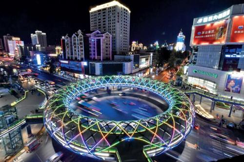 """87-1 昆明市首座環型天橋完工啟用,其造型如同一個巨大的""""甜甜圈""""。中新社"""