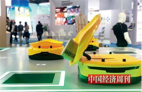 """p30-3普洛斯自動分揀機器人""""小黃人""""演示自己如何找到包裹,該去哪個城市。它每小時最多可以分揀1.6萬件貨物,節省70% 以上的人力。"""