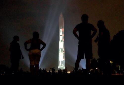 """106-1 2019 年7 月16 日,""""土星5 號""""火箭的影像被投射到華盛頓紀念碑上。(新華社)"""
