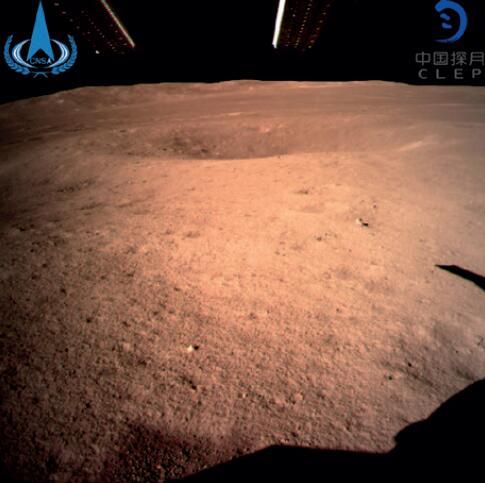 """106-2 """"嫦娥四號""""登陸月球背面,傳回了世界第一張近距離拍攝的月球背面影像圖。(新華社)"""