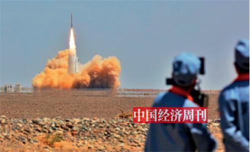 p39-雙曲線一號運載火箭成功首飛后,星際榮耀團隊在發射現場慶祝。《中國經濟周刊》首席攝影記者 肖翊 攝