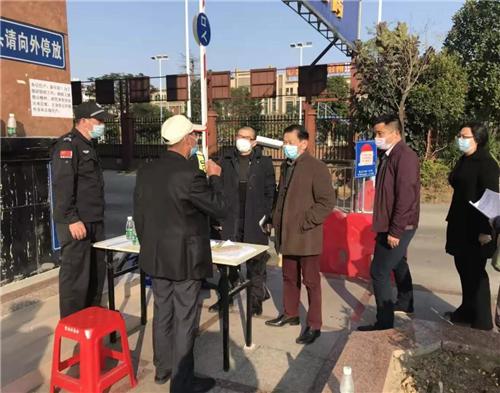 南庄镇党委委员、纪委书记刘佑荪(左三)及紫南村党委班子成员亲赴抗击疫情第一线