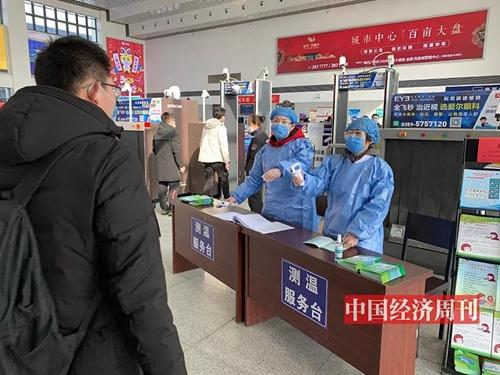 运城北站,为所有进站旅客测量体温。
