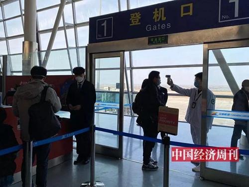 所有上机乘客都需要接受体温检测。
