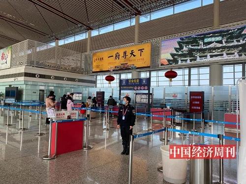 运城机场空空荡荡,安检口也几乎没有人排队。