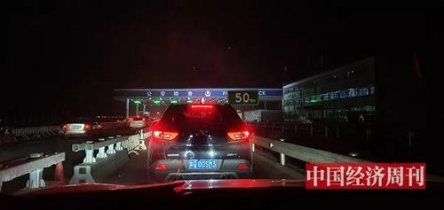 进京检查站排队查验车辆及测体温,3个多小时才通过。