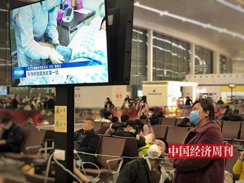 在候机时,乘客们非常关注疫情相关新闻。
