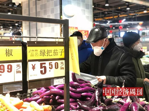 在北京的超市,不少人一买都是一购物车,买完速速装车后就离开了,基本上没有人闲逛商场。