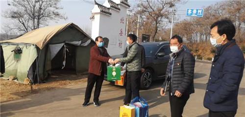 1  北岳村在外创业人员到疫情防控卡点慰问
