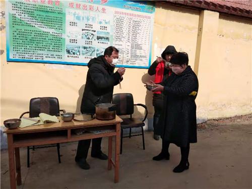 2  北沟村民给值守卡点人员送饺子