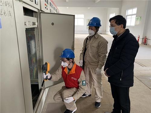 2、张健认真细致检查电力设施 (陈瑜 摄)