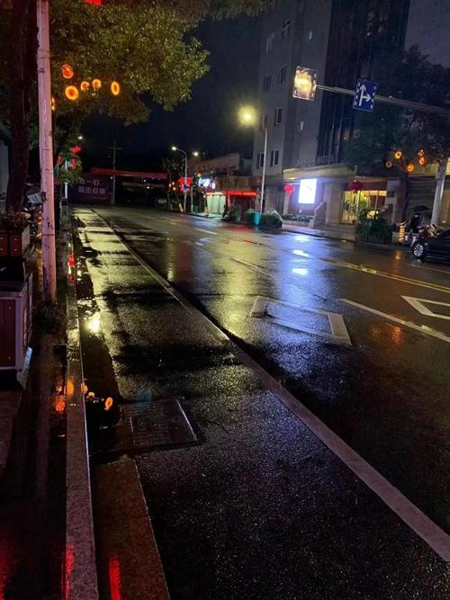 2020年2月6日晚6時,夜幕下,永嘉縣平日最繁華的永建路上已不見人車往來。(采訪對象供圖)