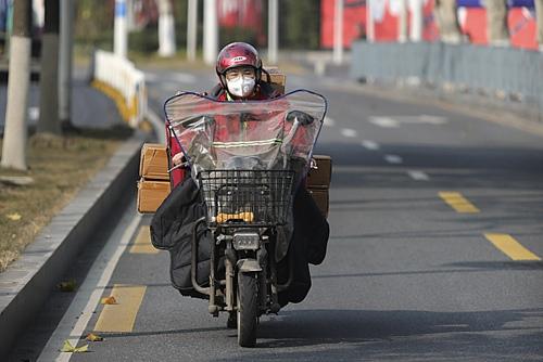 """正在送貨路上的""""京東小哥"""""""