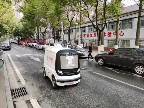 武漢街頭的京東無人車