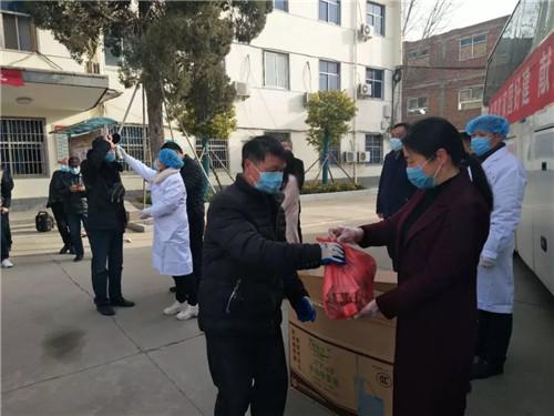 2  为外出务工人员送上食品和防护用品
