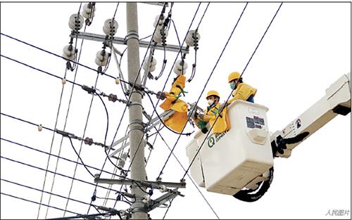 p31 2 月13 日,在安徽省天长市冶山镇,电力工作人员正在抢修,确保复工复产企业不停电。