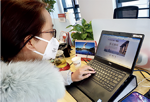 """p41-2 2 月19 日,房地产家居互联网平台——乐居的员工在北京维护""""好房线上购""""线上选房平台。"""