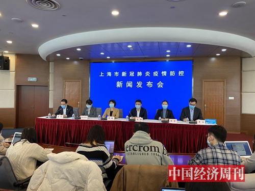 从大年初二起,每天下午的上海市疾控中心2号楼会议室内,上海市疫情防控新闻发布会连开至今。(宋杰摄影)