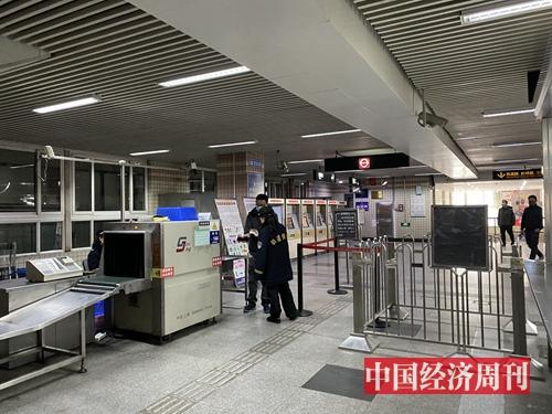 进入上海地铁站需测体温 (宋杰摄影)