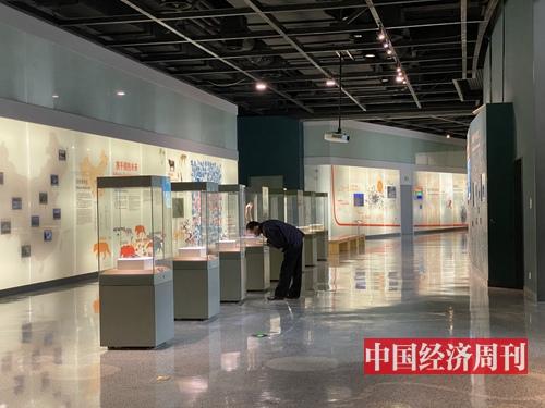 3月13日,上海自然博物館內,首位游客正在認真觀展。(宋杰攝影)