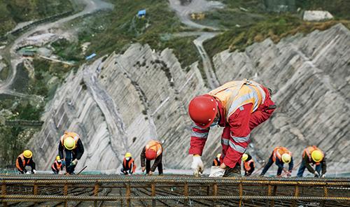 排1 2020 年2 月23 日,在贵州省毕节市七星关区田坝镇盘挪河村,工人正在夹岩水利枢纽工程施工现场作业。
