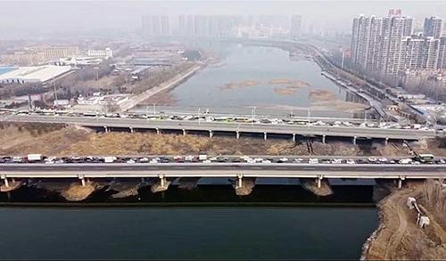 p42-2 3 月 9 日,图为燕郊进京最古老路线通燕高速和京榆旧线西进北京的情况。