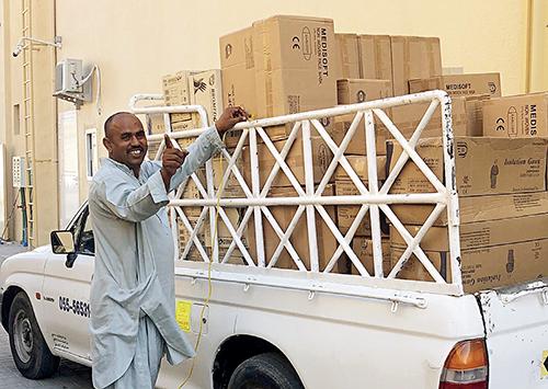 p100-1 阿联酋某医药公司仓库中准备装车运走的口罩 受访者供图