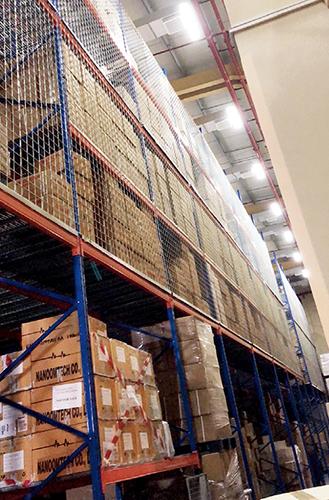 p100-2 阿联酋某医药公司仓库中囤积的大量口罩。受访者供图