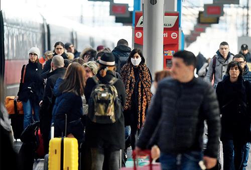 p47-1 【意大利】3 月8 日,意大利宣布自即日起至4 月3 日对北部伦巴第大区和另外14 个省采取封闭措施,以遏制新冠肺炎疫情蔓延。但在公共场合,很多民众并没有戴口罩的习惯。图为3 月8 日的米兰中央火车站。