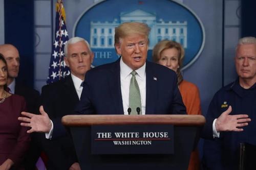 特朗普在3月17日的记者会上  图片来源:新华社