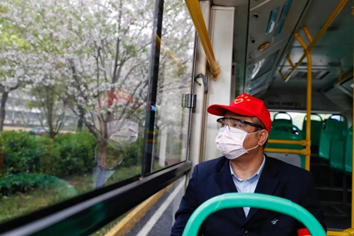 3月25日,武汉市部分公交车恢复开行。图片来源:新华社