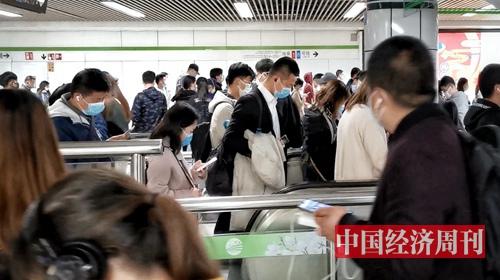 地铁站内客流较多,秩序井然(《中国经济周刊》记者 王雨菲 摄)