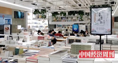 上海一书店内阅读区隔座坐满读者(《中国经济周刊》记者 王雨菲 摄)