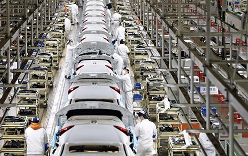 p25 2020 年3 月23 日,武汉,东风本田汽车有限公司工厂,恢复运作的组装线。