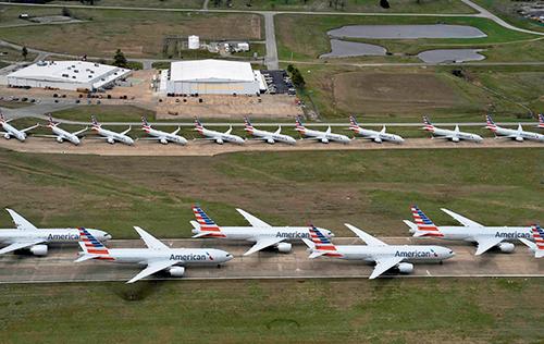 p21 2020 年3 月23 日,美国俄克拉荷马州塔尔萨,美国航空公司的飞机停在跑道上。