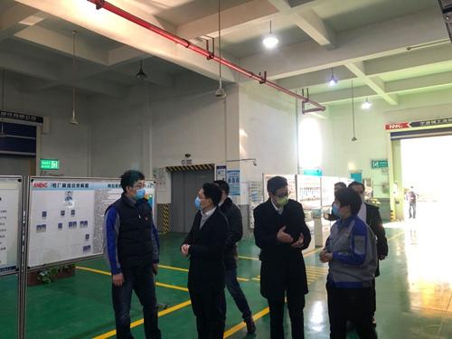 大嵩新区开发建设服务中心党组书记胡敏仁(右二)走访企业。(大嵩新区开发建设服务中心 洑景亭 摄)