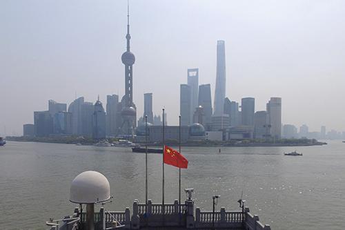 上海 4月4日,上海外滩建筑群降半旗志哀 人民视觉