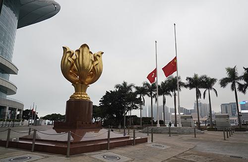 香港 4月4日上午8时,香港金紫荆广场举行下半旗仪式 人民视觉