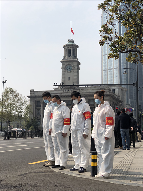 武汉 4月4日,武汉百年地标建筑——江汉关大楼下半旗,人们在大楼前默哀 人民视觉